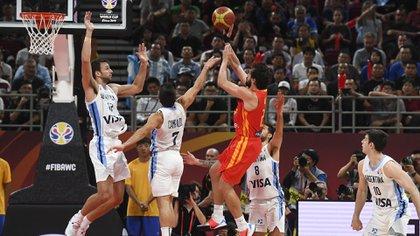España dominó las acciones en el primer tiempo contra el equipo de Hernández (AFP)