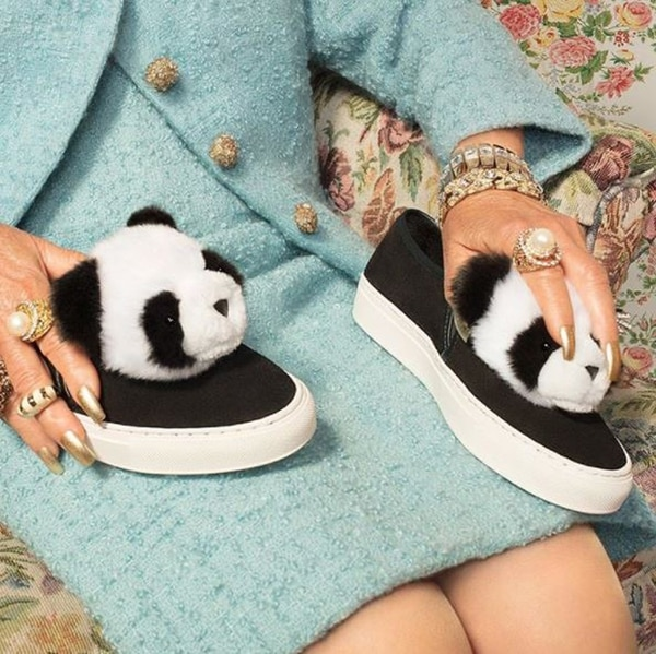 Blanco y negro: el diseño de las zapatillas 'panchas' con cabeza de oso panda
