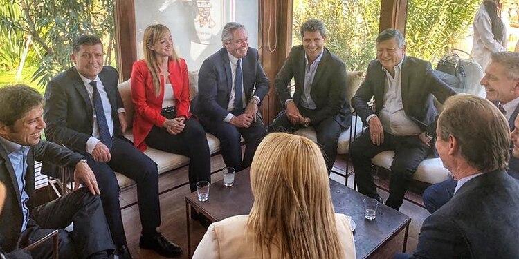 Alberto Fernández y Anabel Fernández Sagasti junto a un grupo de gobernadores en Mendoza (@sergiounac)