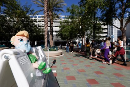 Un juguete de Campanita lleva una mascarilla en el exterior del parque Disneylandia el día de su reapertura (REUTERS/Mario Anzuoni)