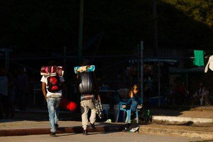 Migrantes con sus mochilas, en las que llevan todas sus pertenencias.