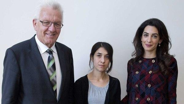 El líder del gobierno regional Baden-Württemberg, Winfried Kretschmann, Nadia Murad y la abogada Amal Clooney, durante su encuentro en el Ministerio estatal de Stuttgart, Alemania (EFE)