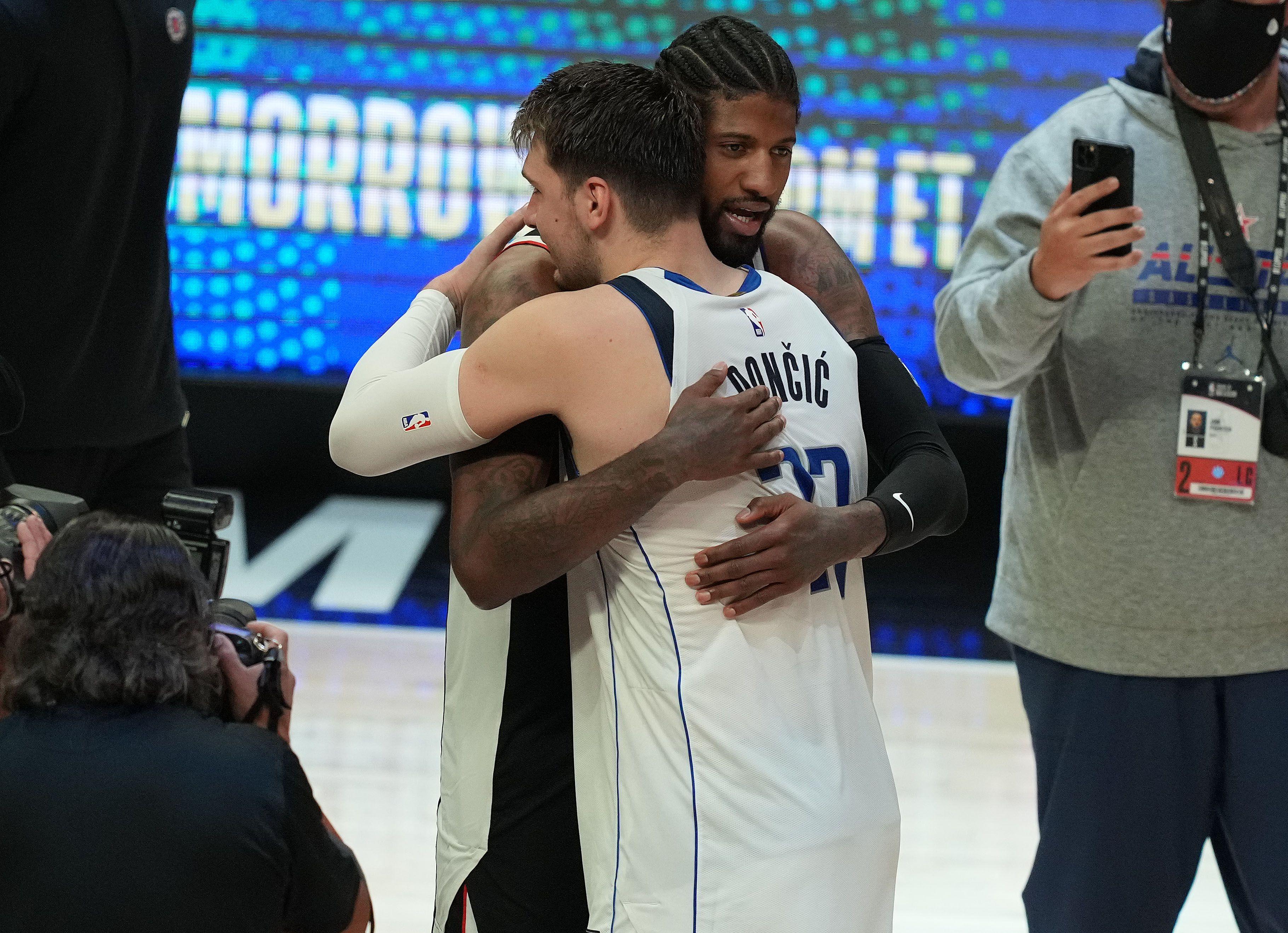 El abrazo entre Paul George y Luka Doncic tras el final del séptimo partido (USA TODAY Sports)