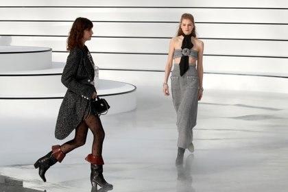 Los conjuntos de tweed son un must que nunca falta en las colecciones de Chanel. La diseñadora y directora creativa, Virginie Viard, sigue con los modelos que dejó el legado de Karl Lagerfeld