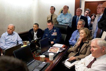 Presiden AS Barack Obama dan Wakil Presiden Joe Biden, bersama dengan anggota tim keamanan nasional, menerima pembaruan misi melawan Osama bin Laden di ruang operasi Gedung Putih pada 1 Mei 2011. REUTERS / Gedung Putih / Pete Souza