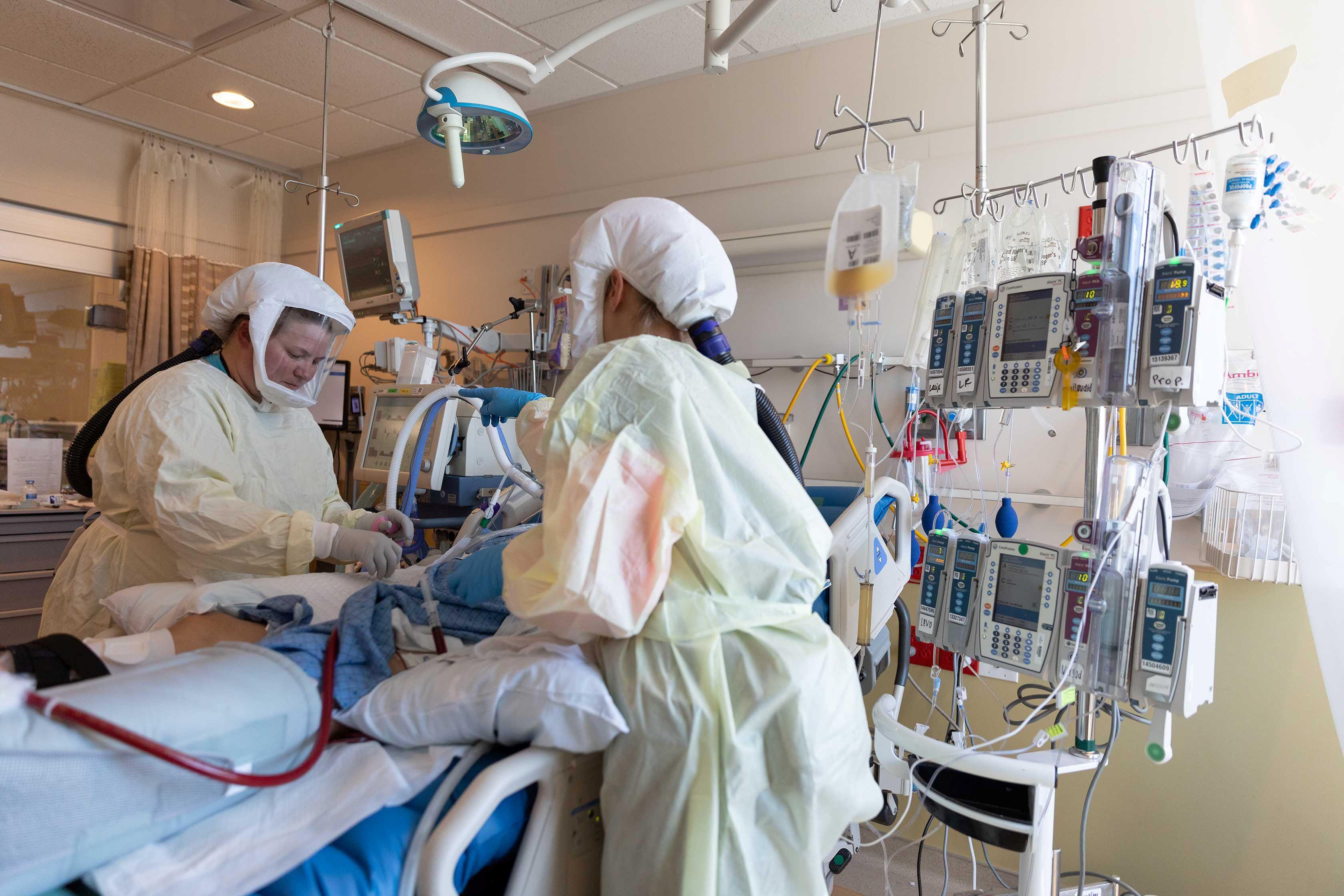 EEUU sigue sumando infectados y muertes por COVID en su tercera ola  (REUTERS)