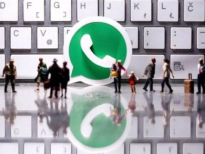 Es posible hacer videollamadas de hasta 50 personas desde WhatsApp web (REUTERS/Dado Ruvic/Illustration)