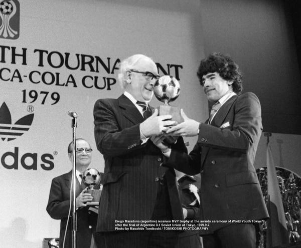 Diego Maradona recibe el premio al mejor jugador del torneo por parte de las autoridades de la FIFA