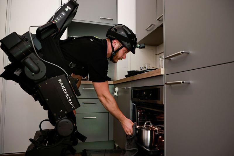 Kevin Piette muestra un exoesqueleto robótico creado por la empresa francesa Wandercraft para ayudar a los pacientes en silla de ruedas a aprender o reaprender a caminar, en Asnieres-sur-Seine, Francia. 22 de julio de 2021. REUTERS/Sarah Meyssonnier