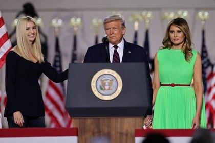 Ivanka con su padre y madrastra Melania Trump.  REUTERS / Carlos Barria