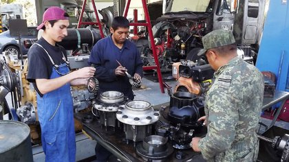 Los militares también capacitan a jóvenes para incluirlos en el campo laboral (Foto: Sedena)