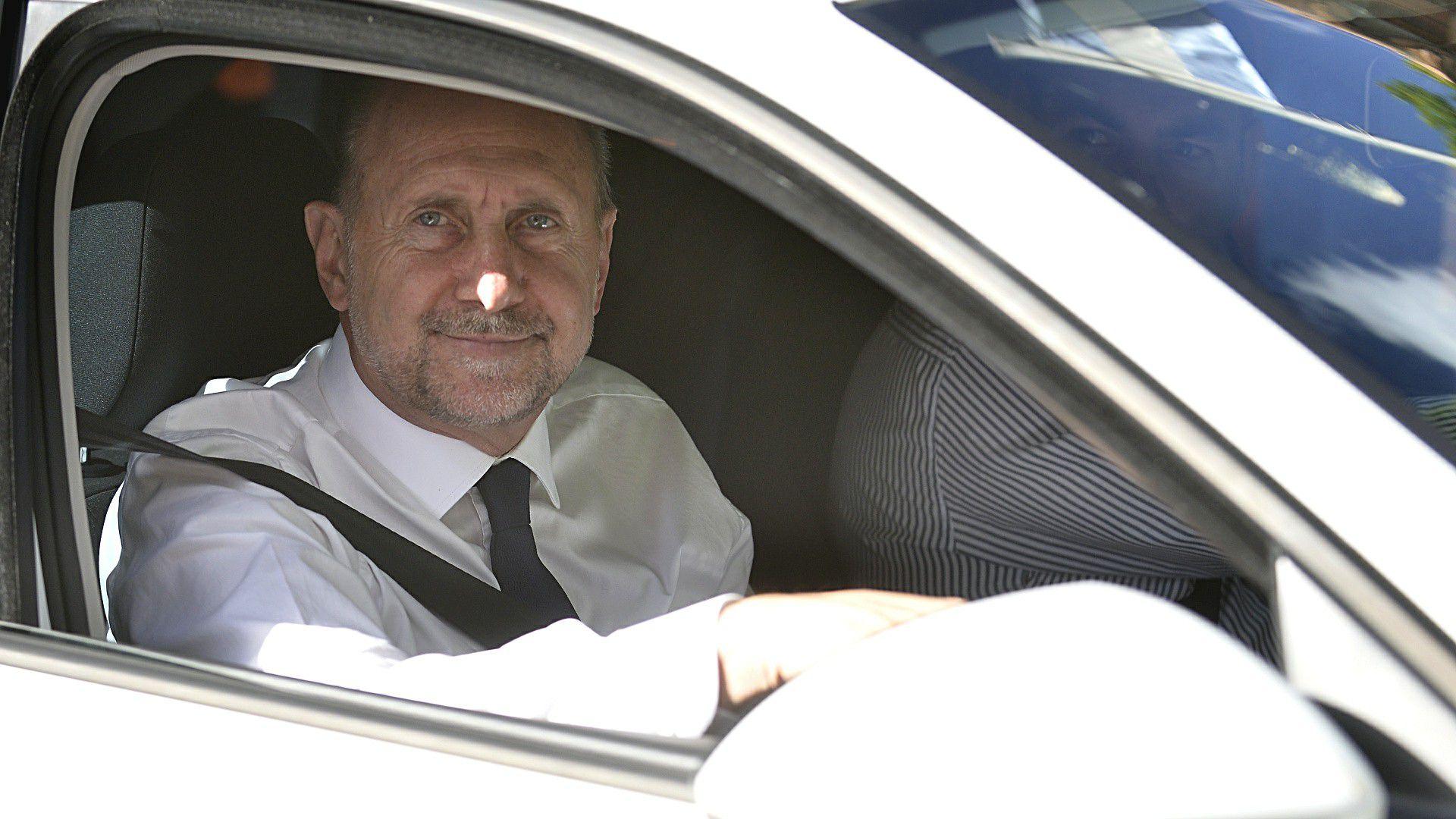 El santafesino Perotti (PJ), llegando a Olivos. Fue uno de los que impulsó decretar sin más demoras la cuarentena.