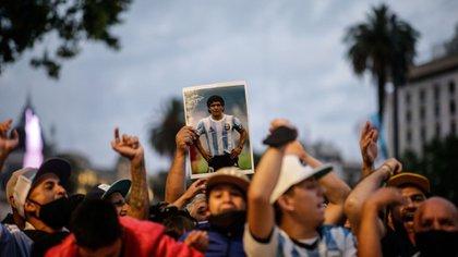 Afuera de la Casa de Gobierno, miles de personas esperan brindarle el último adiós a Diego Armando Maradona (EFE/Juan Ignacio Roncoroni)