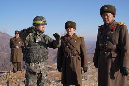 Soldados de ambos países conversan durante una jornada de inspección de un puesto de guardia en la DMZ (AFP)