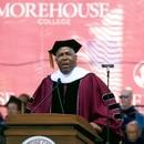 El multimillonario inversionista Robert F. Smith anuncia que pagará las deudas estudiantiles de toda la generación de graduados 2019 de la Universidad Morehouse, en Atlanta, el domingo 19 de mayod e 2019. (Steve Schaefer/Atlanta Journal-Constitution vía AP)