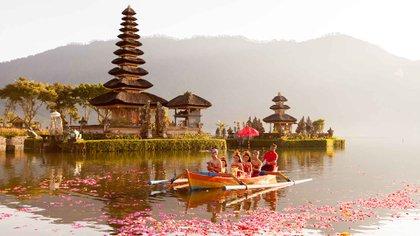 El centro de Bali está dominado por los volcanes de las montañas centrales y los templos de las laderas como Pura Luhur Batukau (uno de los 10,000 templos de la isla)