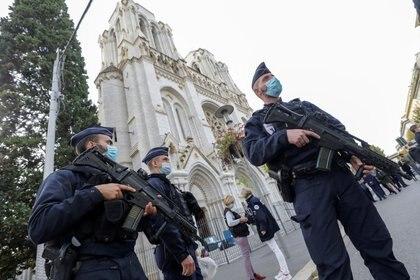 Emmanuel Macron duplicó el despliegue de militares en Francia para proteger iglesias y escuelas tras el atentado en Niza (REUTERS/Eric Gaillard/Pool)