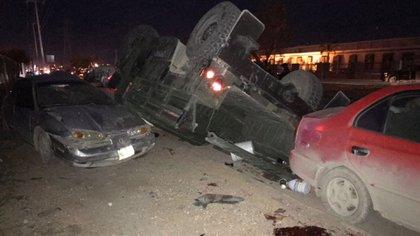Automóviles chocados y manchas de sangre en el suelo después de un enfrentamiento entre militares y presuntos integrantes del crimen organizado en Reynosa. (Vocería de Seguridad Tamaulipas)