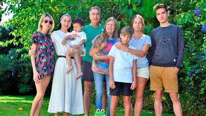 Junto a sus padres, hermanos y sus sobrinos, Lucas y Alvarito.