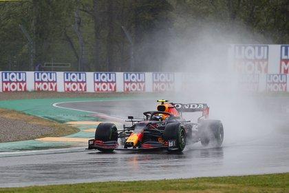 "La lluvia se hizo presente durante el GP de Emilia Romagna, en Italia y ""Checo"" Pérez no terminó de adaptarse durante la carrera (Foto: REUTERS/Guglielmo Mangiapane)"
