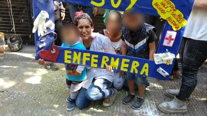 Vanessa Gómez Cueva junto a sus tres hijos, el día que se recibió de enfermera