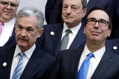 FOTO DE ARCHIVO. El secretario del Tesoro de Estados Unidos, Steven Mnuchin (derecha); y el presidente de la Reserva Federal, Jerome Powell (izquierda), posan junto a ministros de Finanzas del grupo de economías del G-20 en Washington.  REUTERS/Yuri Gripas