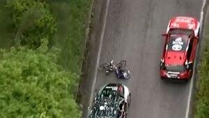 """""""No lo puedo creer"""": el preocupante momento en el que un vehículo atropella a un ciclista en el Giro de Italia"""