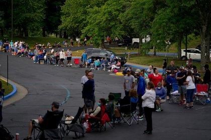 La gente hace fila para encontrar ayuda con sus reclamos de desempleo en Frankfort, Kentucky, el 18 de junio de 2020 (REUTERS/Bryan Woolston/Foto de archivo)