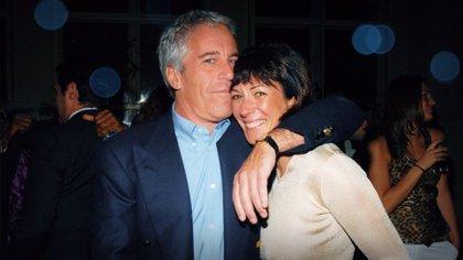 Ghislaine Maxwell y Jeffrey Epstein. Fue su pareja, amiga, empleada, madama y cómplice pero nunca fue juzgada (Netflix)