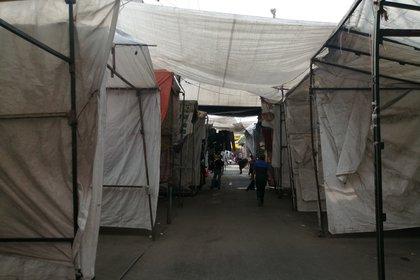 Los comerciantes del popular barrio de Tepito, en el Centro de la Ciudad de México, debaten estos días entre cerrar sus negocios o seguir intentando las ventas en días donde la clientela ha ido a la baja, hasta casi desaparecer, debido a la emergencia sanitaria de la COVID-19. (Foto: EFE/ Mario Guzmán)