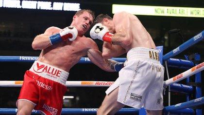 El boxeador mexicano Saúl 'Canelo' Alvárez venció este sábado por decisión unánime al británico Callum Smith (Foto: Twitter/DAZNBoxing)