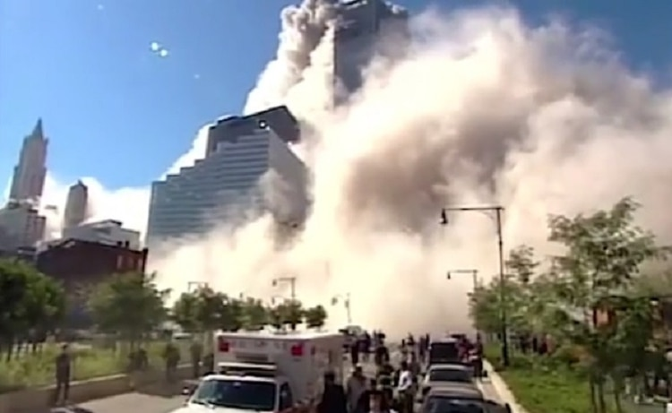 El periodista de la CBS Mark LaGanga se adentró en la nube de polvo para cubrir el ataque (Foto: captura video CBS/ Mark LaGanga)
