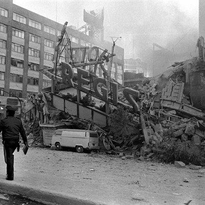 MÉXICO, D.F., 18SEPTIEMBRE2011.- El 19 de septiembre de 1985, un minuto y medio bastó para que los capitalinos descubrieran las condiciones en que se encontraban las construcciones del Distrito Federal, entidad que resultó más afectada por el terremoto. FOTO: PEDRO VALTIERRA/CUARTOSCURO.COM