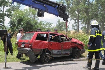 El auto de la familia Pomar es retirado luego de 24 días de búsqueda. (Foto NA: GUSTAVO FIDANZA)