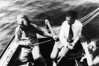 Albert Einstein navegando junto a su hijo Hans Albert y su hijastra Margot (Granger/Shutterstock)
