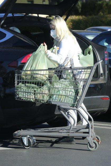 Vestida de blanco, Ariel Winter fue al supermercado en Los Ángeles, y los fotógrafos la captaron guardando las bolsas en el baúl de su auto