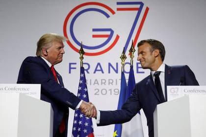 FOTO DE ARCHIVO. El presidente francés, Emmanuel Macron, se da la mano con el presidente de Estados Unidos, Donald Trump, durante una conferencia de prensa conjunta al final de la cumbre del G7 en Biarritz, Francia. 26 de agosto de 2019. REUTERS/Philippe Wojazer.