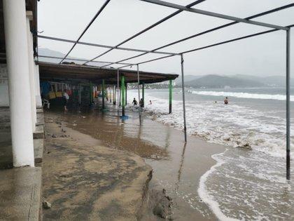 Las autoridades de Colima instaron a la población a retirarse de las playas (Foto: Proteccion Civil Colima)