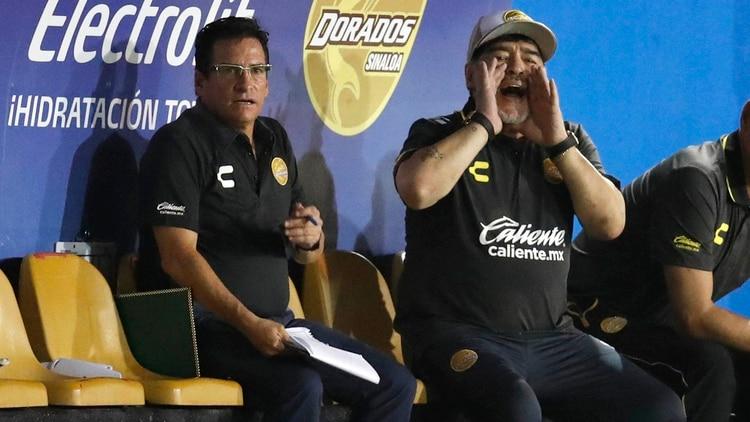Mario García con Diego Maradona en el banquillo