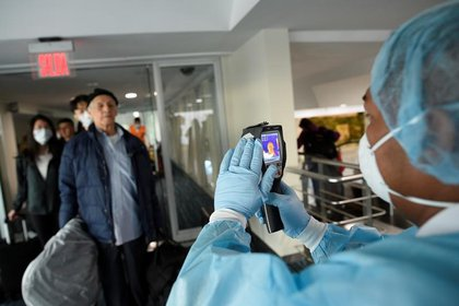 Muchos aeropuertos controlan la temperatura de los viajeros que llegan, salen o están en tránsito. (REUTERS/Santiago Arcos)