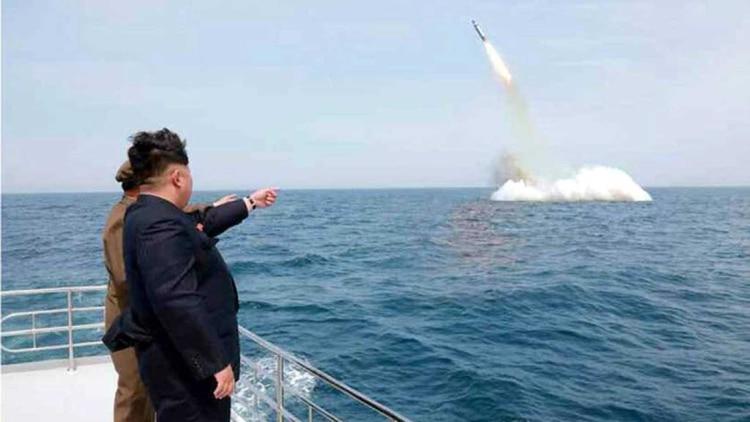 Kim Jong, el líder norcoreano, observa el lanzamiento de un proyectil.
