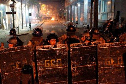 Un cordón policial intentó contener a los manifestantes (César Olmedo/Reuters)