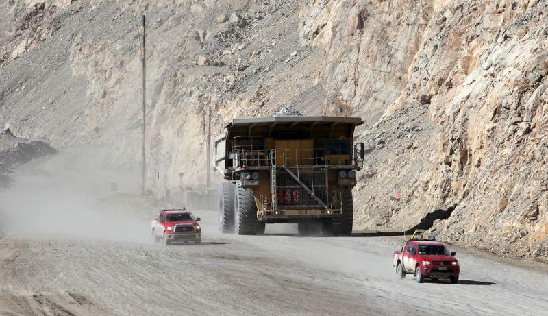 Imagen de archivo de un camión transportando mineral de cobre en la mina a tajo abierto de Chuquicamata, propiedad de la minera estatal chilena Codelco, cerca de Calama, Chile. 1 de abril, 2011. REUTERS/Ivan Alvarado/Archivo