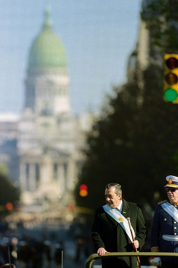Alfonsín y su esposa viajan desde el Congreso hacia Plaza de Mayo el 10 de diciembre de 1983 (Víctor Bugge)
