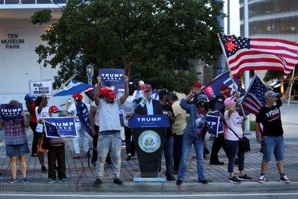 Simpatizantes de Donald Trump se manifiestan antes de la llegada de Joe Biden a un evento en Miami, Florida (Reuters)