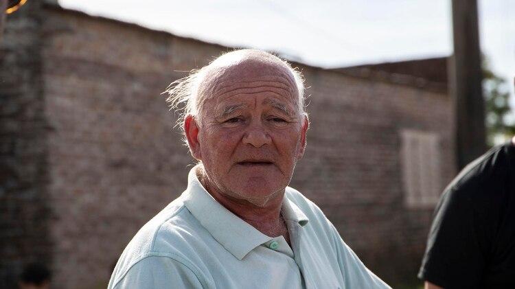 Héctor Spagna sobrevivó a una epidemia de fiebre hemorrágica en 1969 y ahora padece dificultades en la piela y sangrados cuando el barrio queda fumigado