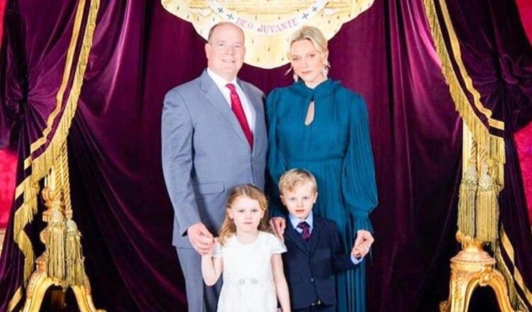 El príncipe Alberto de Mónaco con su esposa y sus hijos (Fotografía, Instagram: @hshprincesscharlene)