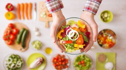 Muchas personas optan por cuidarse implementando este tipo de dietas en sus vidas (Shutterstock)