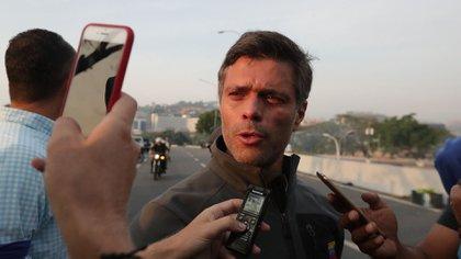 El opositor venezolano Leopoldo López, tras ser liberado este martes de su prisión domiciliaria (EFE)