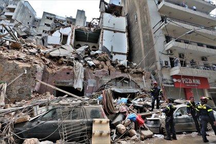 Vista de labores de la defensa civil francesa en Beirut, Líbano, este 6 de agosto de 2020. EFE/Nabil Mounzer